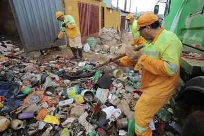 Prefeitura retira 6 caminhões de lixo da casa de idosa em SP; veja