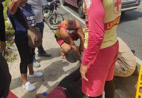 Motociclista fica ferido ao ser atingido por lona durante viagem