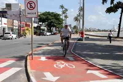 Motorista flagrado nos balizadores de alerta da ciclofaixa, na Ruy Carneiro, é identificado e deve ser responsabilizado