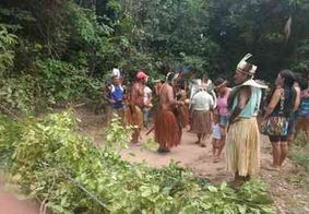Índios tabajara bloqueiam entrada de Barra de Gramame em protesto por terras, na PB