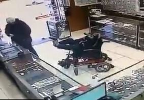 """Vídeo: cadeirante """"surdo-mudo"""" assalta joalheria com arma nos pés"""