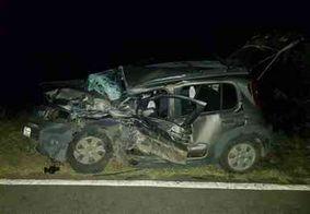 Colisão entre carro e caminhão deixa motorista morto