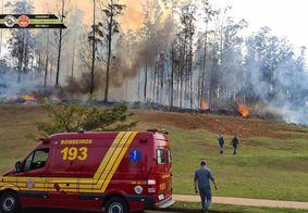 Bombeiros tentam apagar as chamas na região do acidente