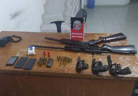 Armas apreendidas com suspeitos de diversos crimes.