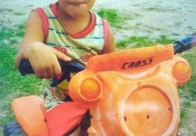 Família enterra corpo de criança morta em incêndio 30 dias após a tragédia