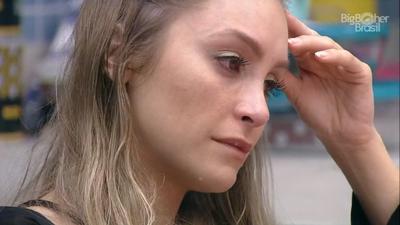 Carla diz se sentir trouxa em relação a Arthur e sugere fim de romance