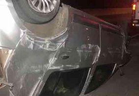 Mulher grávida fica ferida após capotamento na BR-101; condutor do carro também é socorrido