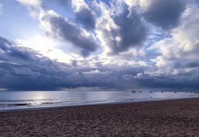 Tempo nublado na Praia de Manaíra, em João Pessoa.