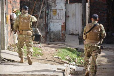 Polícia Militar durante operação em busca de suspeitos de homicídios.