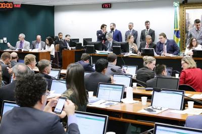 Deputados aprovam reforma tributária na CCJ da Câmara