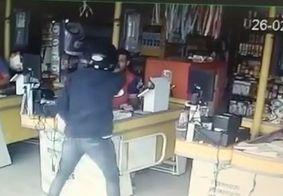 Vídeo: assaltante ameaça funcionários e leva dinheiro do caixa em cidade da PB