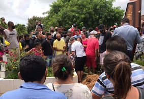 Pétalas de rosas, fogos e aplausos fizeram parte do sepultamento do trabalhador.