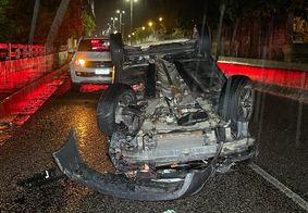 Veículo capotou na via