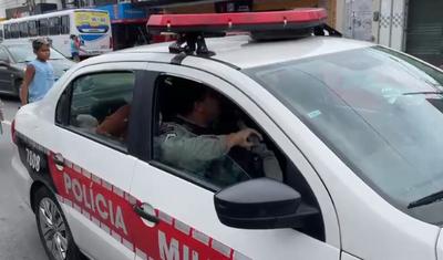 Viatura da PMPB conduziu o suspeito à Central de Polícia