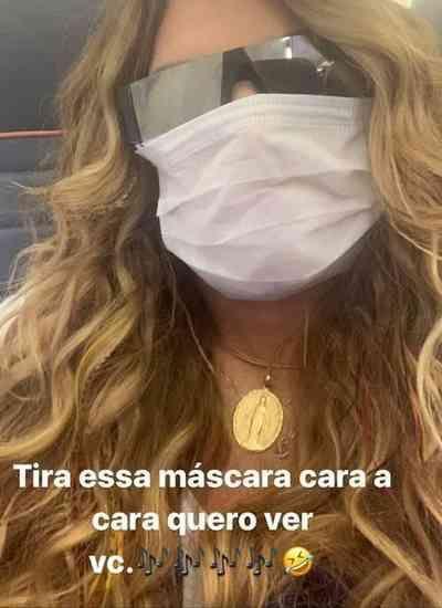 Cantora Elba Ramalho aparece usando máscara