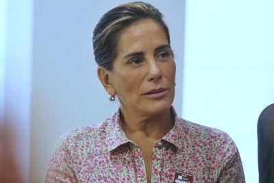 Glória Pires canta música para explicar que não é mãe de Fiuk; veja