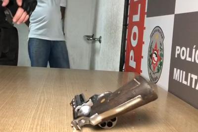 Suspeito tenta enganar policias e é detido com arma em João Pessoa