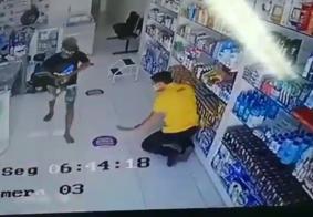 Bandido obriga funcionário de farmácia a se ajoelhar durante assalto; VÍDEO