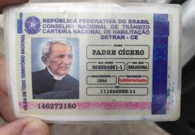 Idoso parado em blitz apresenta 'carteira de habilitação' de Padre Cícero e Frei Damião