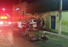 Acidente entre moto e viatura policial durante perseguição deixa dois feridos, na PB