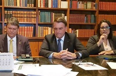 Bolsonaro diz que mãe recebeu vacina da AstraZeneca, e não a Coronavac
