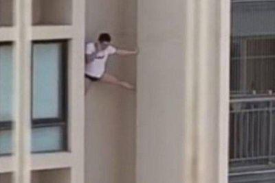 De cueca, homem cai ao tentar fugir do apartamento de amante na China; veja