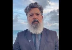 Juiz da Paraíba mergulha no mar de paletó para comemorar aposentadoria