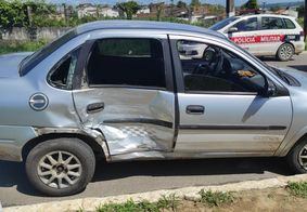 Suspeitos roubaram um carro para tentar fugir de policiais.