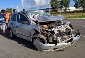 Parte frontal do veículo ficou destruída após acidente.