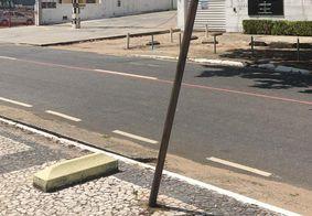 Mulher morreu após bater motocicleta em placa de sinalização
