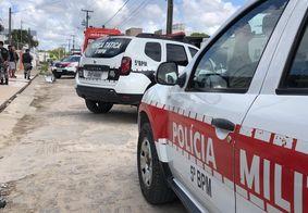 Policiais e socorristas do Samu no local do crime, na capital paraibana