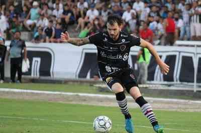 Botafogo-PB renova contrato com meia Clayton, destaque da temporada