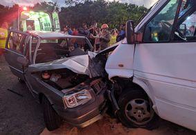 Acidente entre van e carro deixa mais de 10 pessoas feridas, no Litoral Sul da Paraíba