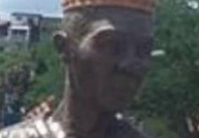 Vídeo: moradores impedem instalação de estátua de Carlinhos Maia