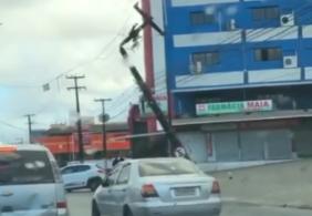 Carro colide com poste e deixa moradores sem luz nos Bancários
