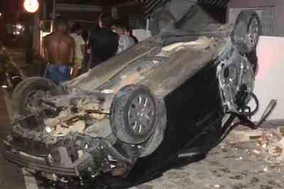 Motorista derruba poste e muro de casa ao perder controle da direção