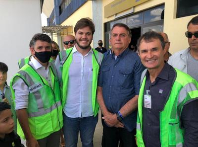 Bolsonaro desembarca em Campina Grande e é recebido por apoiadores