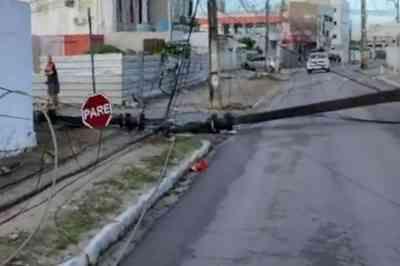 Motorista perde controle da direção e derruba postes em João Pessoa