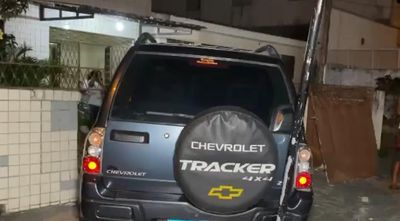 Motorista é detido após perder controle de veículo e bater em muro de residências em João Pessoa