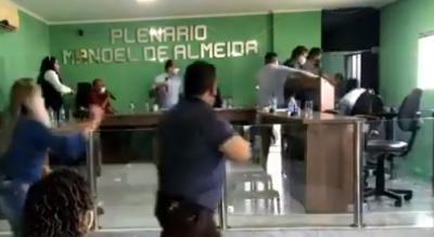 Marido de vereadora invade plenário e empurra servidor da Câmara de município paraibano
