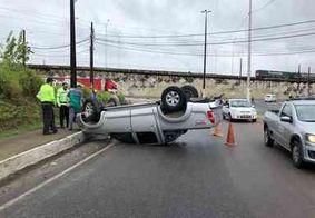 Motorista perde controle da direção e capota caminhoneta em Bayeux
