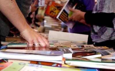 Pais economizam com material escolar em feira de livros usados na capital; Saiba mais