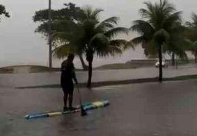 Morador pratica stand up paddle em rua alagada após fortes chuvas no RJ; veja vídeo