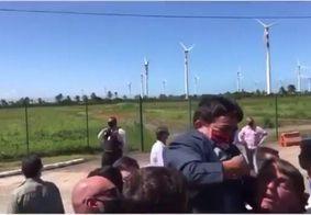 Vídeo em que Bolsonaro carrega anão no colo viraliza nas redes sociais