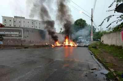 Moradores queimam pneus e fecham rua em protesto por falta de transporte público