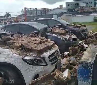 Muro desaba sobre carros em João Pessoa