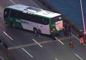 Homem armado que fez passageiros de ônibus reféns na ponte Rio-Niterói é baleado pela polícia