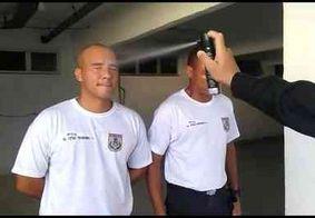 Policiais em formação recebem spray de pimenta nos olhos durante treinamento, no Rio