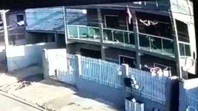 Vídeo mostra momento em que vizinho salva criança de 2 anos que caiu de prédio no Paraná