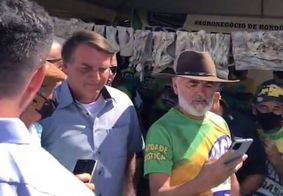 Sem máscara, Bolsonaro encontra com ruralistas e causa aglomeração